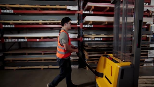 lagerarbeiter mit handpalettenwagen - hubwagen stock-videos und b-roll-filmmaterial