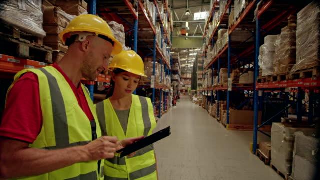 倉庫労働者がタブレットで在庫をチェック - 倉庫作業員点の映像素材/bロール