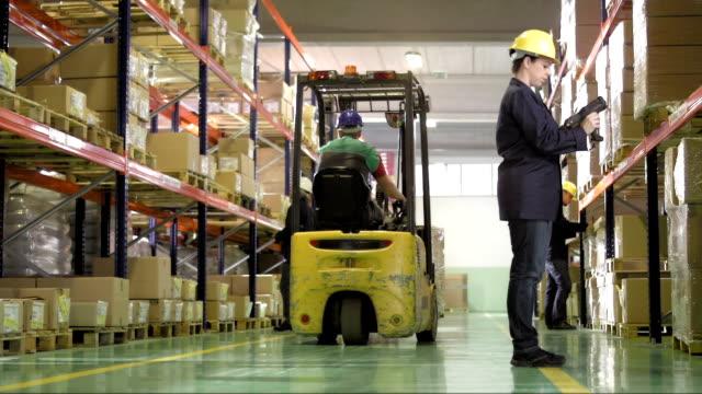 倉庫の従業員を、在庫 - 倉庫作業員点の映像素材/bロール