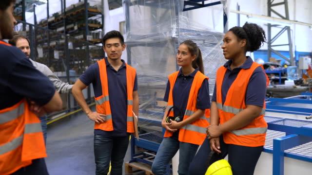 vídeos de stock e filmes b-roll de warehouse workers during work break - trabalhador de armazém