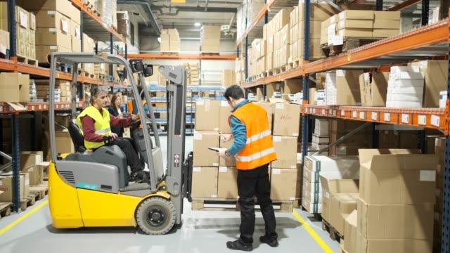 vídeos y material grabado en eventos de stock de trabajadores del almacén. - fiabilidad