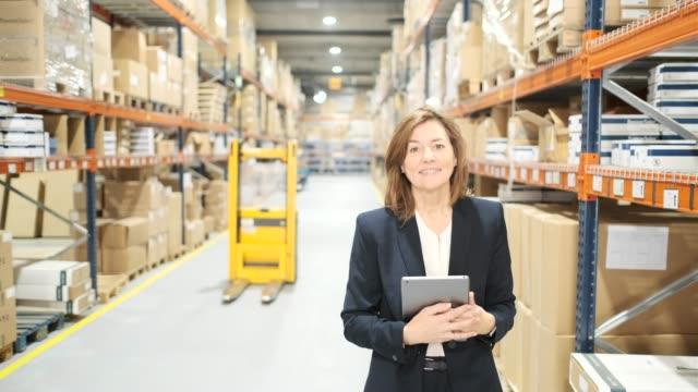 vídeos y material grabado en eventos de stock de trabajadores del almacén. - almacén de distribución