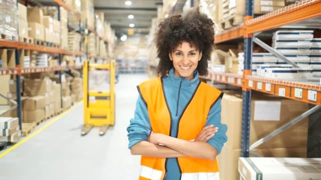vídeos de stock e filmes b-roll de warehouse workers. - controlo de qualidade
