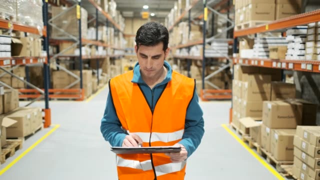 vídeos de stock e filmes b-roll de warehouse workers. - confiabilidade