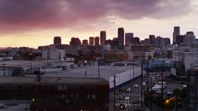 stockvideo's en b-roll-footage met warehouses in dtla arts district - drone shot - stadsdeel
