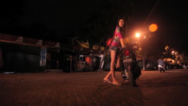 vídeos y material grabado en eventos de stock de warias in indonesia working at night - prostituta