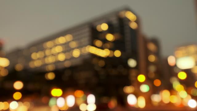 交通や通行人と都市夜景の 4 k 暖かいトーン デフォーカス ビデオ - 焦点点の映像素材/bロール