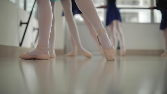aufwärmen vor ballett-klasse - ballettschuh stock-videos und b-roll-filmmaterial