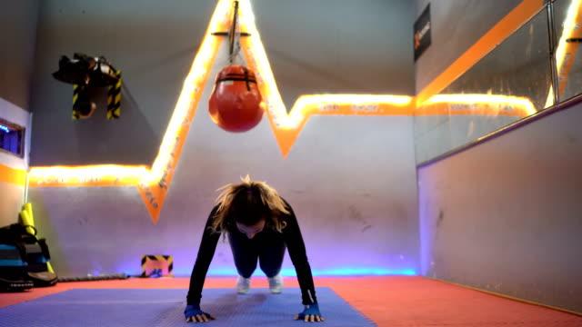 stockvideo's en b-roll-footage met warming-up voor boksen opleiding - oefeningen met lichaamsgewicht