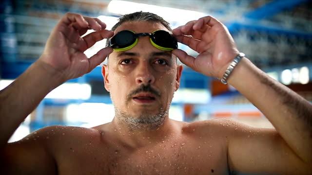 vídeos de stock, filmes e b-roll de aquecendo para a natação - adulto maduro