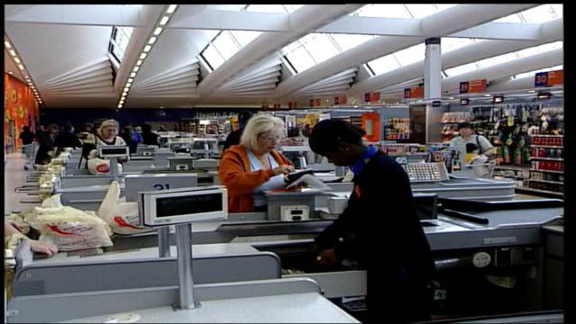 vídeos de stock e filmes b-roll de cbi urges bank of england to cut interest rates itn england sainsbury's supermarket customers about in supermarket cms goods passed thru checkout gv... - sainsburys