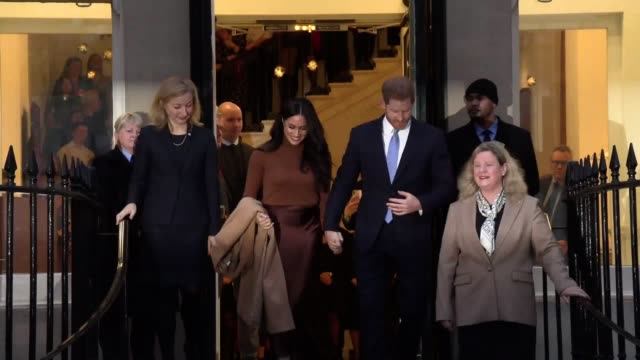clip contains flashing images the duke and duchess of sussex leave canada house after meeting canada's high commissioner to the uk janice charette as... - 公爵点の映像素材/bロール