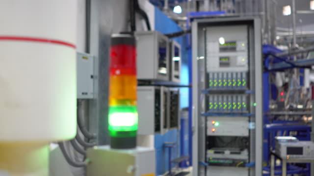 warning light alarm in factory - allarme video stock e b–roll