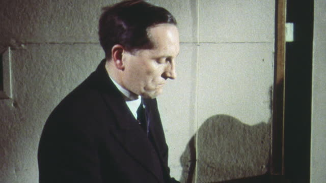 vidéos et rushes de 1962 montage warning officer at the air defense operations center assessing the situation and issuing a nuclear air attack warning to the bbc for broadcast in a cold war training exercise / united kingdom - bbc
