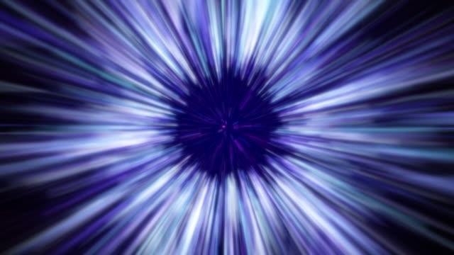 stockvideo's en b-roll-footage met de snelheidssprong van de kromme in ruimte die in de wormgatblauwe achtergrond vliegt - verwrongen