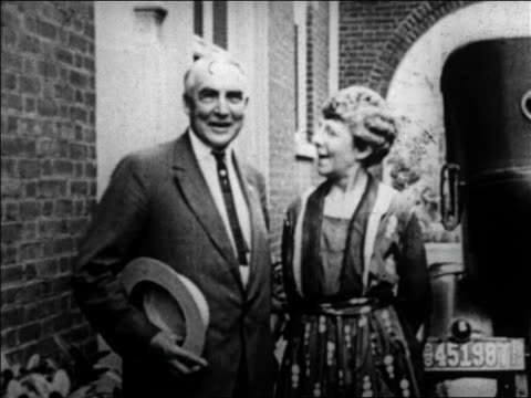 vídeos de stock e filmes b-roll de warren g harding standing next to wife florence talking / newsreel - primeira dama