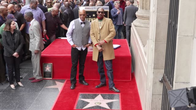warren g snoop dogg at snoop dogg star on the hollywood walk of fame in los angeles ca - ウォークオブフェーム点の映像素材/bロール