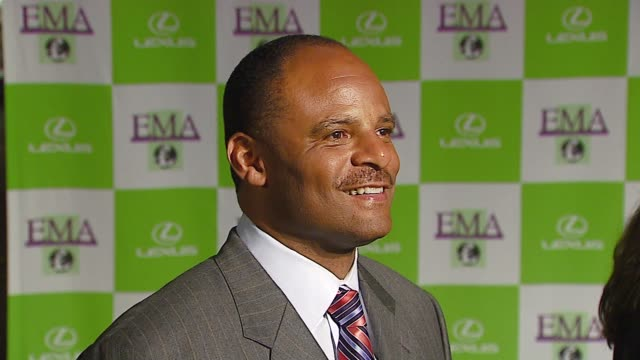 warren moon at the 16th annual environmental media awards at ebell theater in los angeles california on november 8 2006 - environmental media awards点の映像素材/bロール