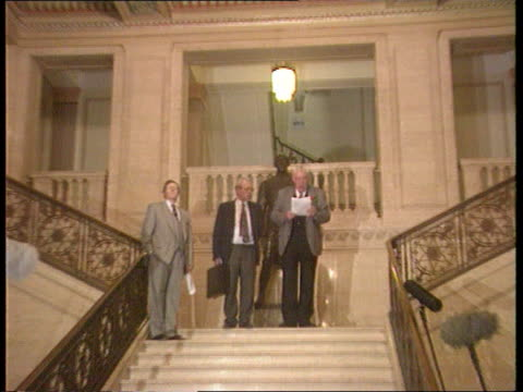 vídeos de stock e filmes b-roll de warrington memorial services: major in ulster; itn lib held in bureau int cms rev ian paisley standing reading statement pull out on top of stairs... - província do ulster