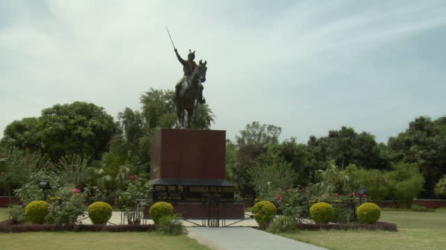 stockvideo's en b-roll-footage met ws warrior statue and garden at amar mahal palace and museum/ jammu and kashmir, india - tuinpad