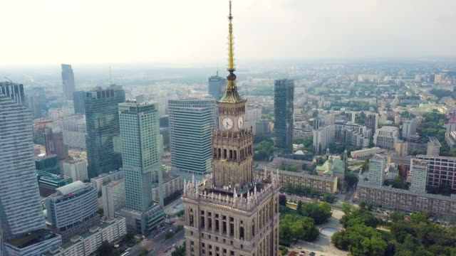 vídeos de stock, filmes e b-roll de warsaw aerial / warsaw's business center: the palace of culture and science surrounded by skyscrapers. buildings, streets, traffic - polônia