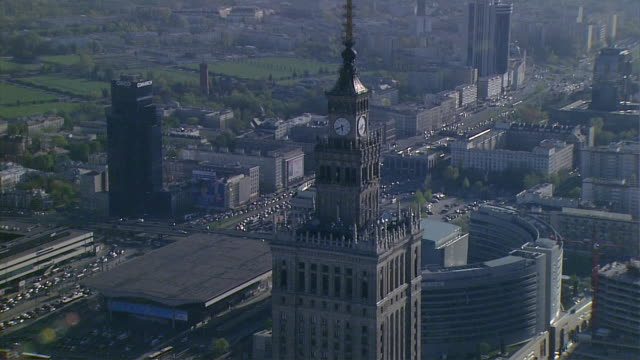 a warsaw's panorama. zlote tarasy [golden terraces] shopping centre, marriott and intercontinental hotel as well as jammed aleje jerozolimskie in the distance. the palace of culture and science, a close-up of the clock at the top of the palace. - warsaw stock videos & royalty-free footage
