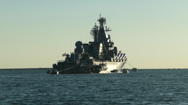 Kriegsschiff vor Anker