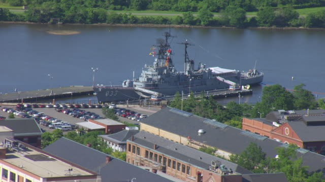 vídeos de stock, filmes e b-roll de ws aerial pov warship moored at washington navy yard / washington dc, united states - atracado