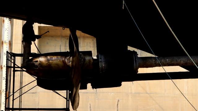 軍艦で修理ドック - 造船所の労働者点の映像素材/bロール