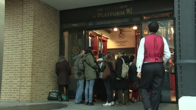 stockvideo's en b-roll-footage met warwick davis at the harry potter shop at platform 9¾ at kings cross station on december 14 2012 in london england - station london king's cross