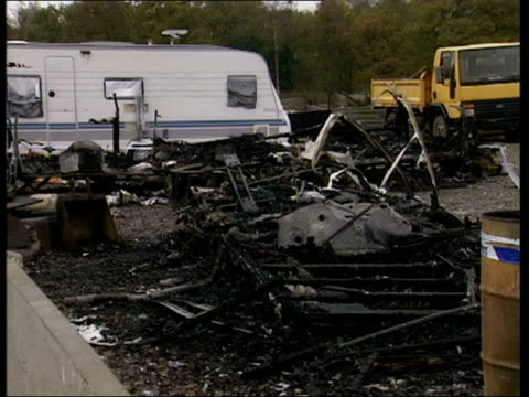 vidéos et rushes de warwickshire: ryton-on-dunsmore: ext charred remains of caravan blacked wreckage with police tape around cf = d0619776 or d0619777 00.21.17 to... - blacked