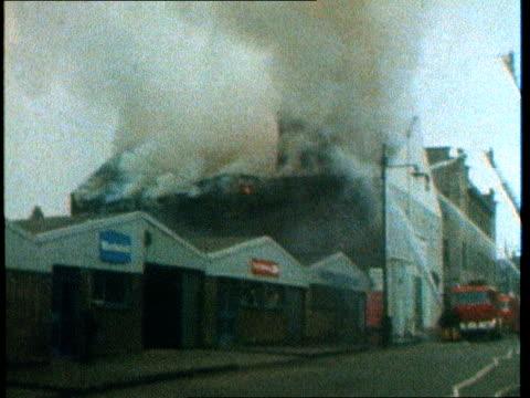 warwickshire warehouse fire: firefighters' reaction; scotland: glasgow: kilburnie street: ext firefighters fighting warehouse fire firefighter... - warehouse点の映像素材/bロール