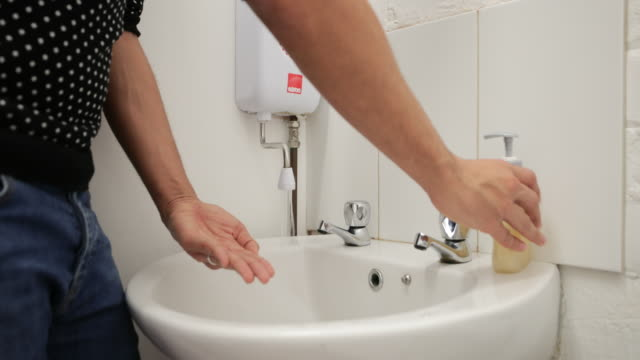 vídeos de stock, filmes e b-roll de lave as mãos - anti higiênico