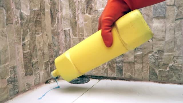 vídeos de stock, filmes e b-roll de lavando banheiro - laundry detergent
