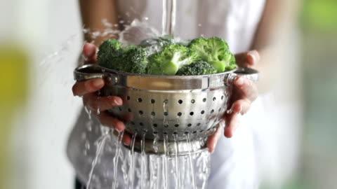 waschen brokkoli - gesunder lebensstil stock-videos und b-roll-filmmaterial