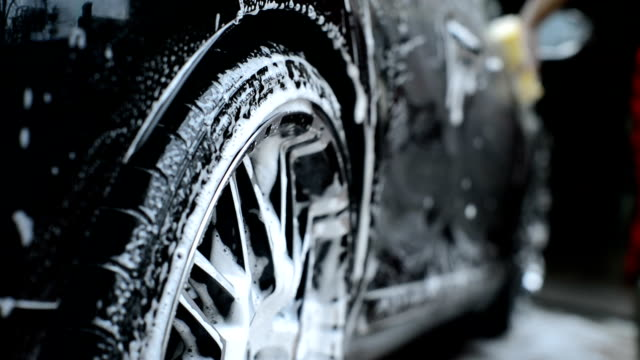 stockvideo's en b-roll-footage met washing car tire - wassen