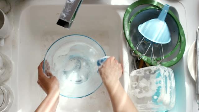 vídeos y material grabado en eventos de stock de lavar platos - frotar