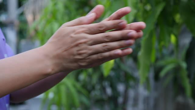 waschhand mit alclhol für stop covid-19 - hygiene stock-videos und b-roll-filmmaterial
