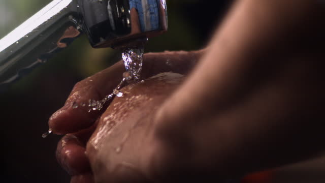 vídeos de stock e filmes b-roll de cu slo mo washing hands at kitchen sink - lava loiças