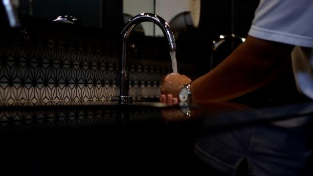 hände waschen. reinigung hände mit wasserform mit automatischem wasserhahn - fühler stock-videos und b-roll-filmmaterial