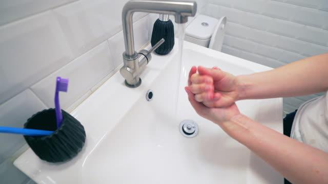 Tvätta händerna i badrummet.
