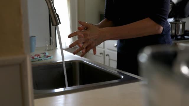 washing hands - guanto indumento protettivo video stock e b–roll