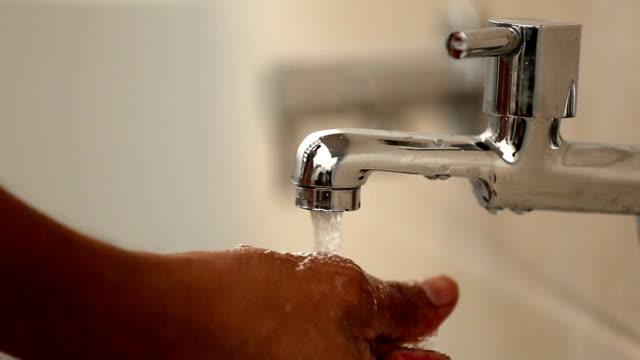 vídeos de stock, filmes e b-roll de lavando as mãos - leaving