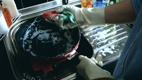 vídeos de stock, filmes e b-roll de lavagem de utensílios de cozinha - lavar