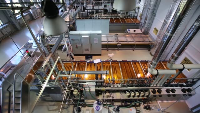 vídeos de stock e filmes b-roll de a washing machine cleans glass panels during the first phase of solar panel production at the hevel solar manufacturing plant in novocheboksarsk... - silício