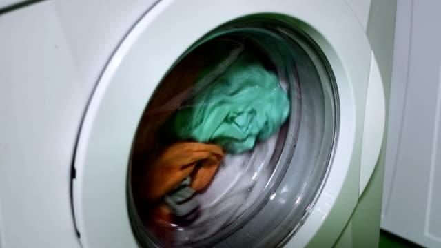 ms 洗濯機にカラフルなランドリーサービス - 衣類乾燥機点の映像素材/bロール