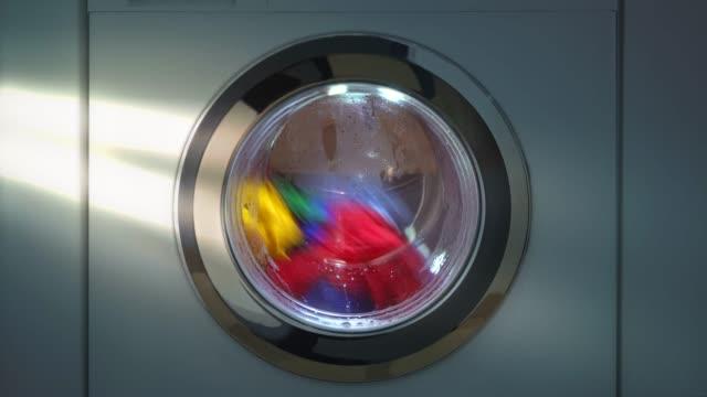vídeos de stock, filmes e b-roll de máquina de lavar roupa com lavanderia - laundry detergent