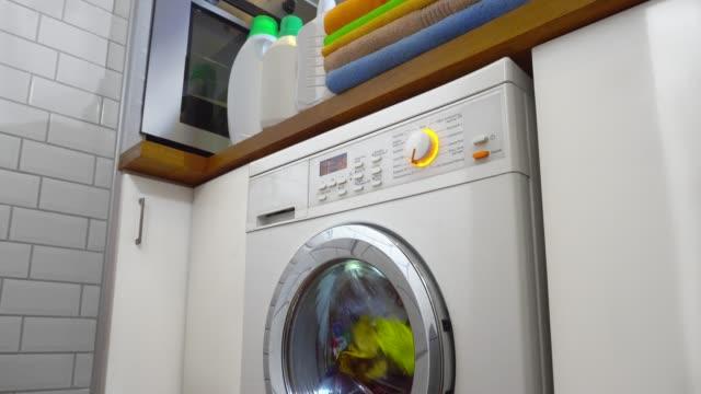waschmaschine mit wäscherei - herumwirbeln stock-videos und b-roll-filmmaterial
