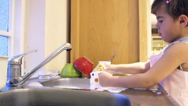 vídeos de stock, filmes e b-roll de lavar meu próprio pratos - lavando louça
