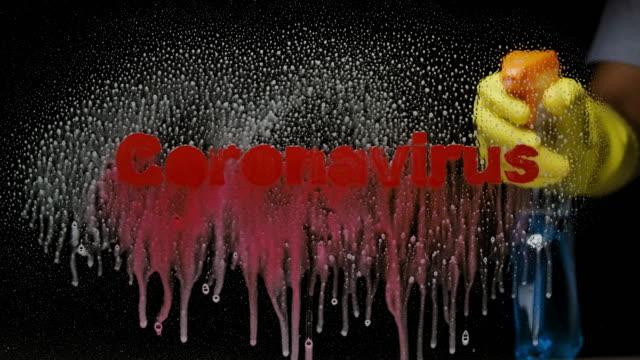 vídeos de stock, filmes e b-roll de lavando coronavírus do mundo, tiro de uma mão com luvas pulverizando vidro de limpeza de lavagem com o texto vermelho de coronavirus surto conceito de reconhecimento de fundo espacial - ocidentalização